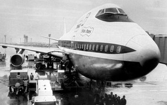 history of commercial aviation, first wide-body boeing 747