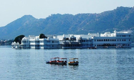 Things to do in Udaipur, udaipur travel guide, Lake pichola boat ride