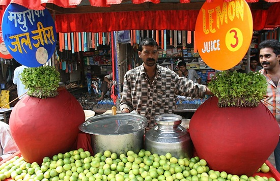 traditional indian summer drinks, best summer juices in India, roadside lemon juice vendors