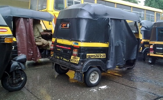 photos of autorickshaws in rainy season, auto rickshaws on roads in rains