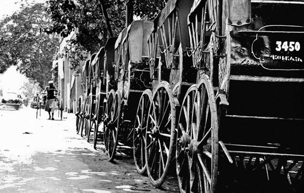 number of hand pulled rickshaws in Kolkata, rickshaws on Kolkata streets