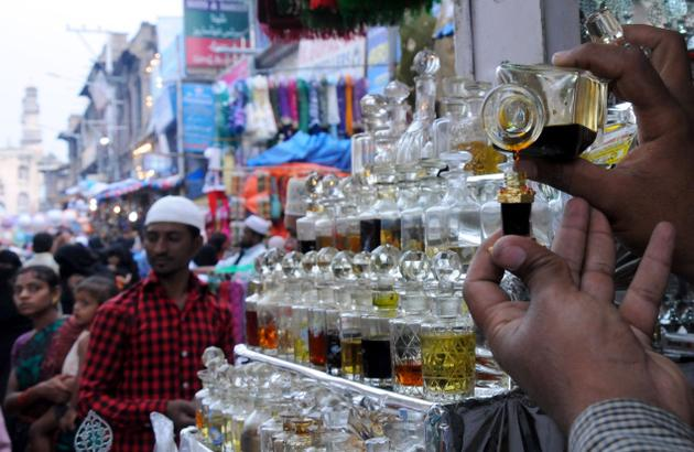 Attar to buy in charminar market, life around charminar in hyderabad, ramzan night bazaar near charminar