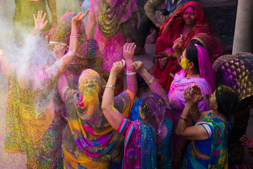 Happy holi greetings, lath mar holi in Barsana, rare pictures of holi festival india, Indianeagle travel