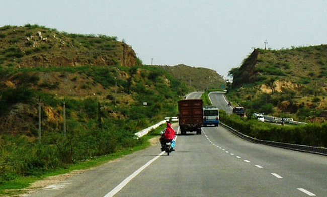 delhi to agra road trip, road trips for adventure in India, Indian Eagle travel blog